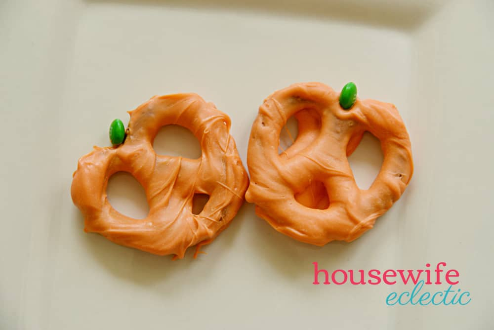 Easy Halloween Treats: Pumpkin Pretzels